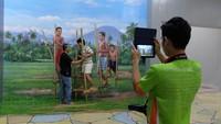 Foto: Sekelompok traveler juga asyik berfoto seakan-akan sedang bermain eggrang. Museum 3D seperti ini sukses besar di sejumlah negara seperti China, Korea dan Filipina. Kini sukses yang sama juga diharapkan akan diraih di Bandung (Avitia/detikTravel)