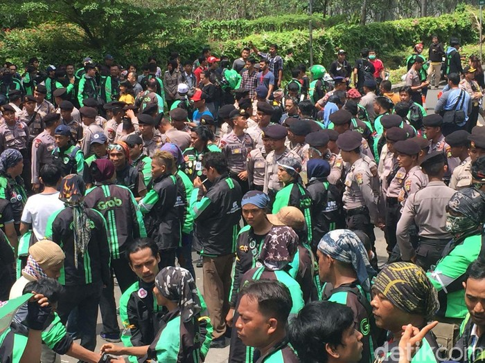 Massa driver ojek online GrabBike berunjuk rasa di depan kantor GrabBike, Jl HR Rasuna Said, Kuningan, Jakarta Selatan. (Foto: detikINET/Adi Fida Rahman)