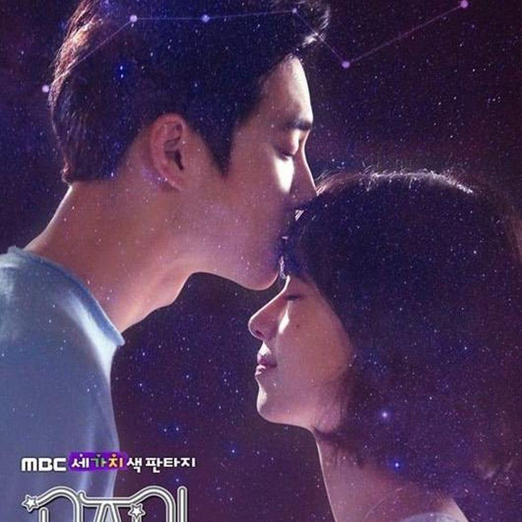 Jangan Iri! Suho EXO Cium Dahi Wanita di Poster Drama Terbaru