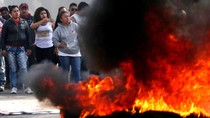 Warga Meksiko Bakar Ban Tolak Kenaikan Harga BBM