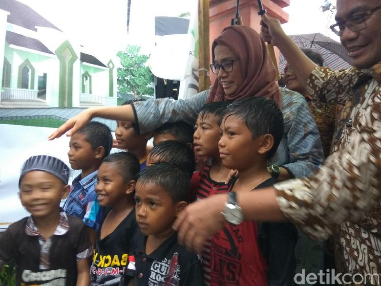 Wajah Ceria Anak-anak Pengungsi Pidie Jaya Saat Bertemu Sri Mulyani