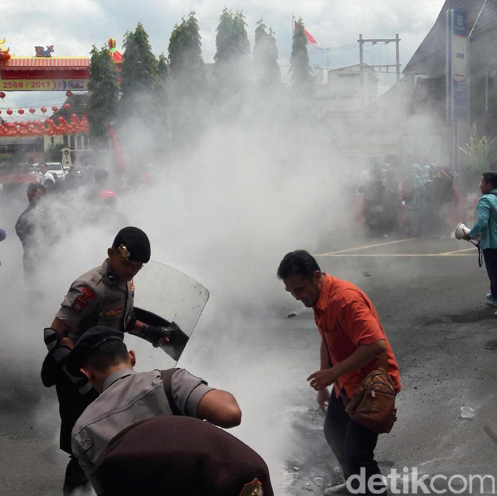 Demo Tolak BBM dan Biaya STNK Naik, Mahasiswa Solo Blokade Jalan
