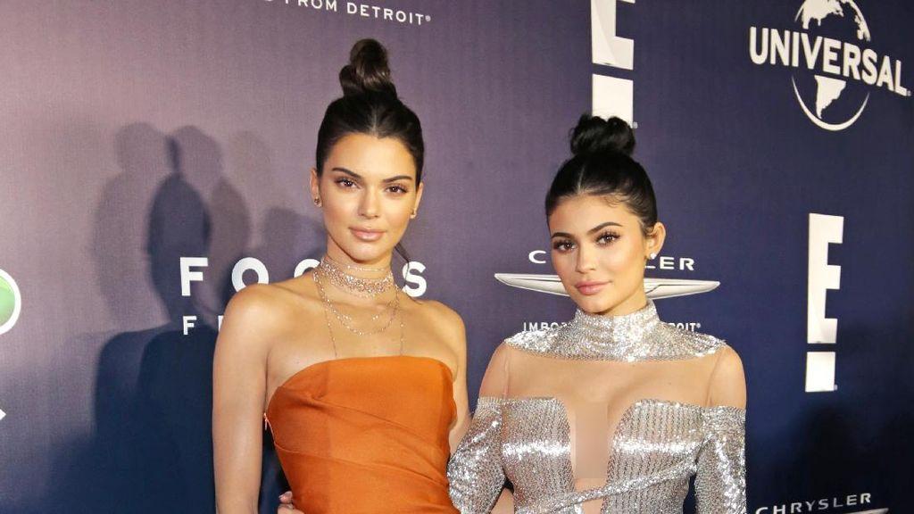 Kendall Jenner Tak Bisa Kontrol Wajah Saat Kylie Nonton Fashion Show-nya