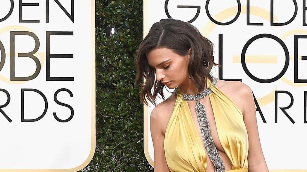 Ups.. Emily Ratajkowski Tak Sengaja Pamer Underwear di Golden Globes