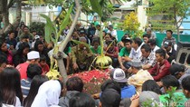 3 Bonek yang Tewas Akibat Miras Oplosan di Subang Dimakamkan