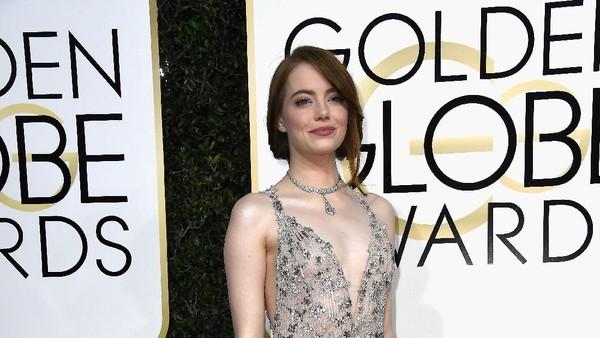 Menangis, Emma Stone Terima Piala Golden Globe 2017 dari La La Land
