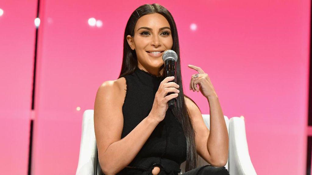 Ekstrem, Kim Kardashian Tindik Anting di Kuku