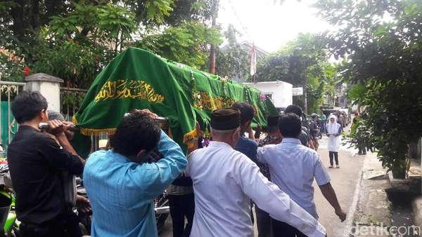 Tangis Keluarga Iringi Pemakaman Tri Arum di TPU Kober Kramat Jati