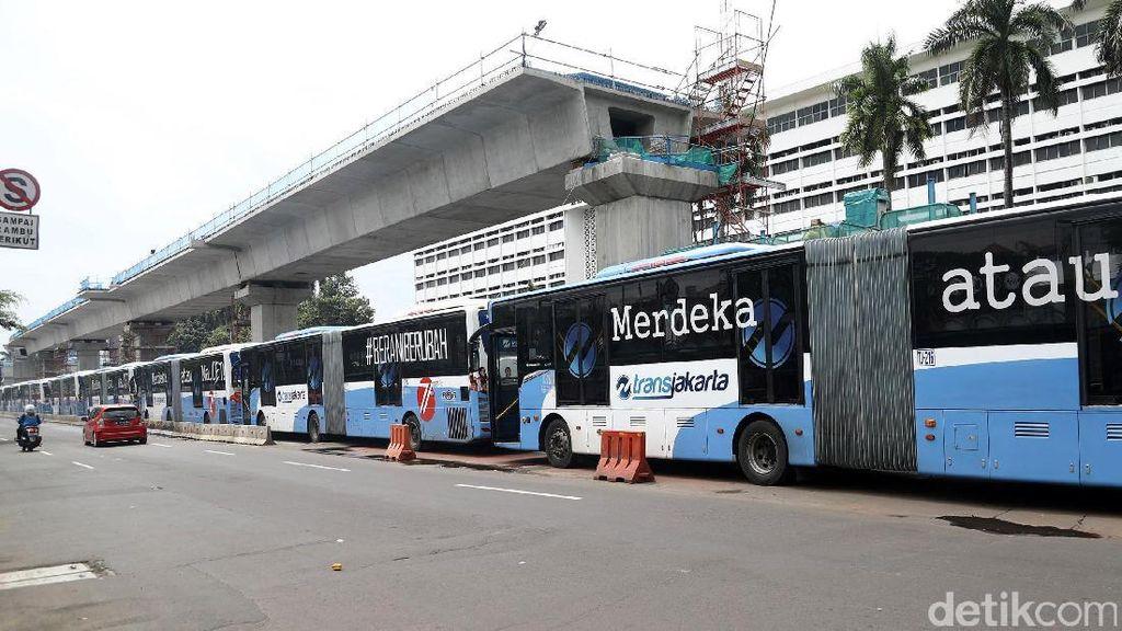 Kenapa Isi Ulang Uang Elektronik di Halte TransJakarta Dipotong Rp 2.000?