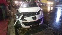 Kecelakaan 2 Mobil di Pasar Minggu, Peugeot Putih Rusak Parah