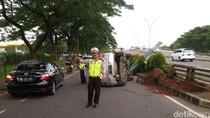 Tabrak Rambu Penunjuk Arah di Bintaro, Mobil Chevrolet Terguling