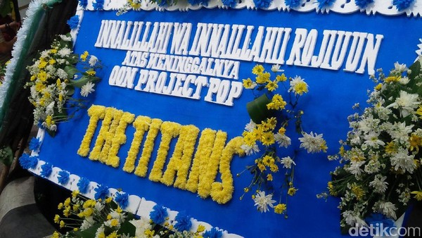 Karangan Bunga Padati Rumah Duka Oon Project Pop