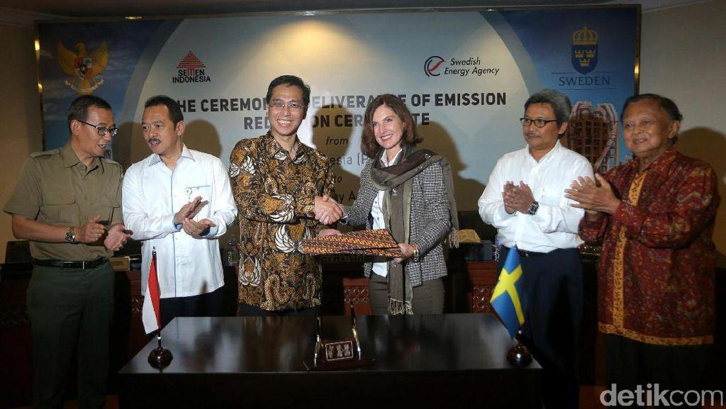 Serah Terima Sertifikat Penurunan Emisi