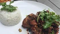 Di Sini Ada Ayam Goreng Bumbu Rempah dan Pad Thai yang Sedap