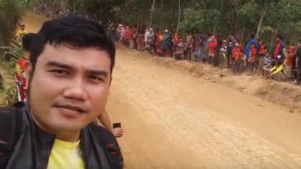 Keasyikan Selfi Saat Nonton Balap, Pria Ini Malah Tertabrak