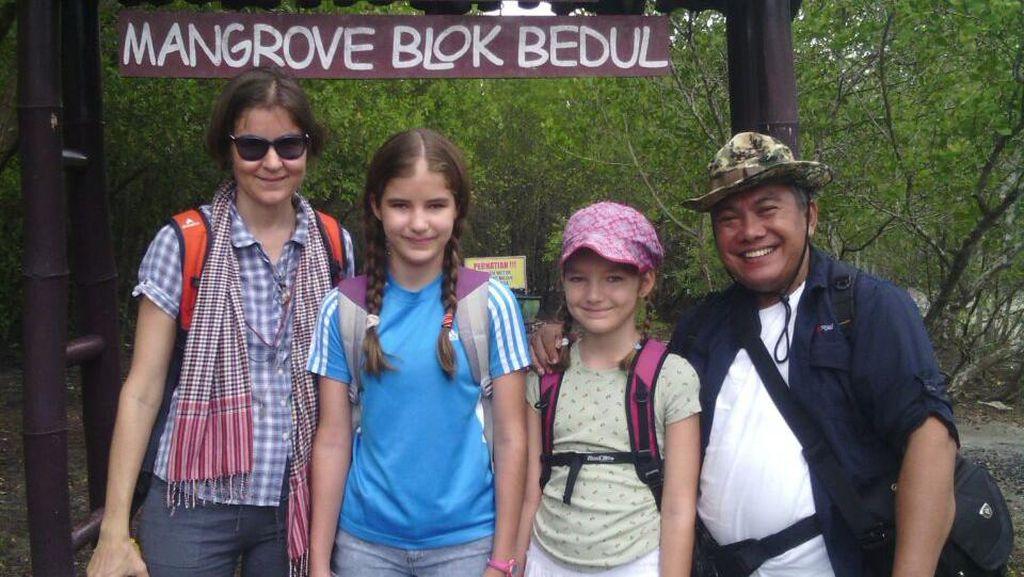 Saat Turis Bule Asyik Blusukan ke Hutan Mangrove Banyuwangi