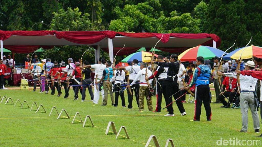 Aksi Presiden Jokowi di Lomba Panahan