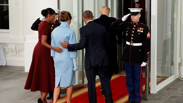 Obama dan Michelle mempersilakan Melania masuk sedangkan Trump berjalan mendahului