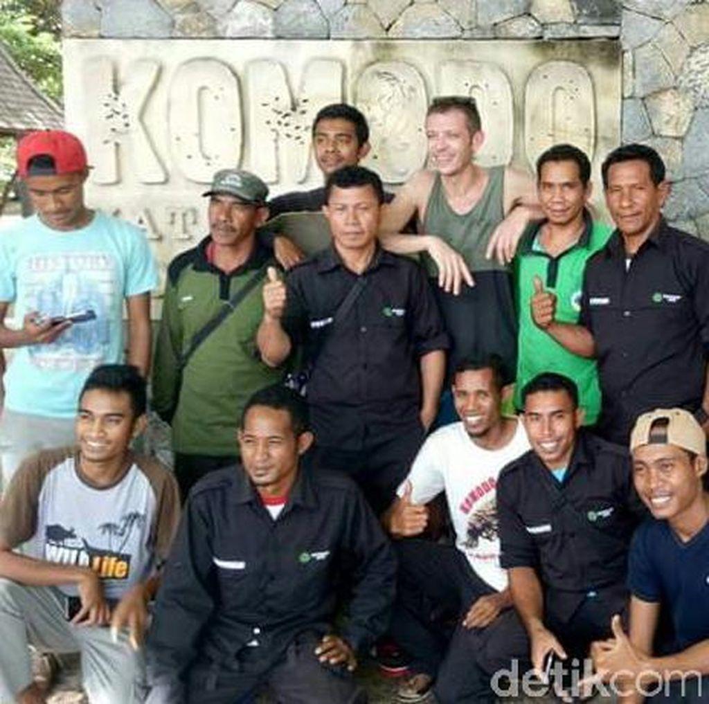 Rossi di Pulau Komodo: Foto Bareng Ranger dan Tulis Pesan di Buku Tamu