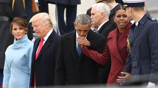 Obama mencium mesra tangan Michelle