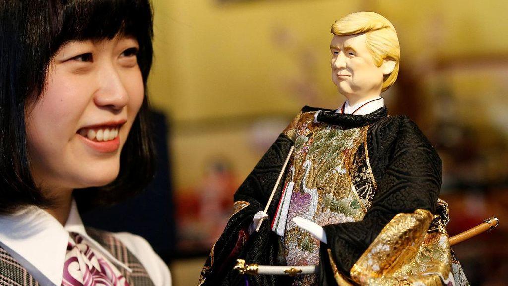 Boneka Trump Berkimono Dipamerkan di Tokyo