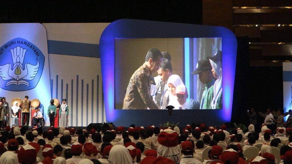 Jokowi: Siswa Perlu Dididik Saring Berita di Medsos