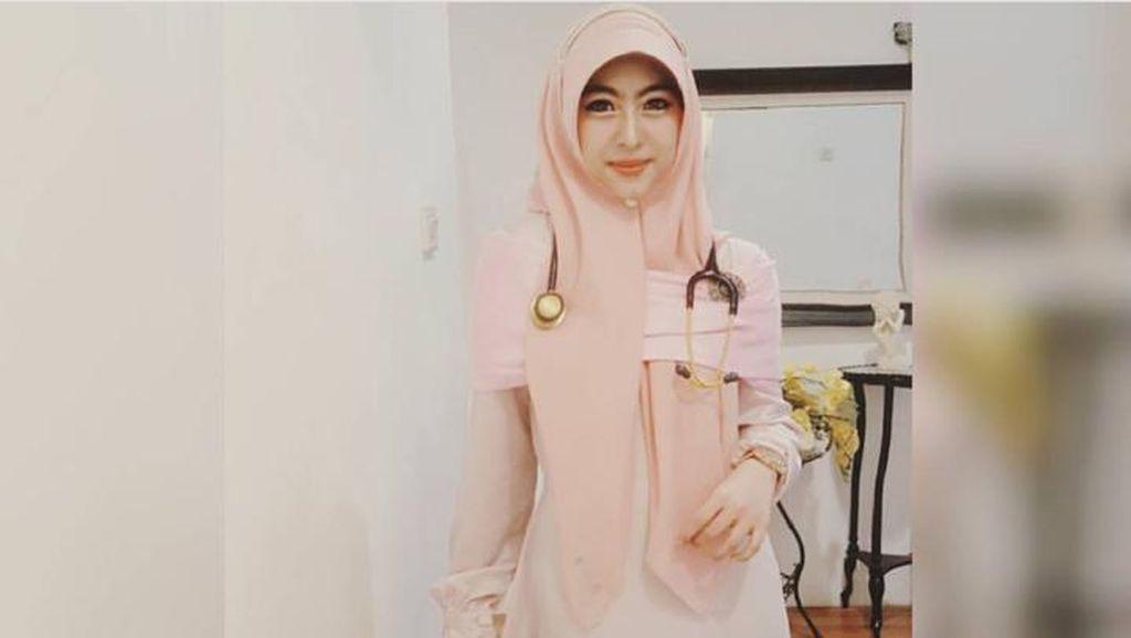 Hijab Syari Ala Dokter Cantik Shindy Putri, Adik dari Oki Setiana Dewi