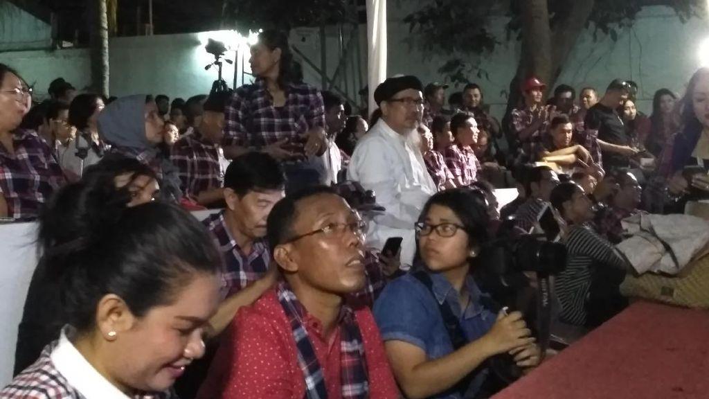 Kakak Angkat Ahok Nobar Debat di Rumah Lembang