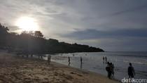 Melihat Keseruan Putri Obama Saat Berenang di Pantai Jimbaran