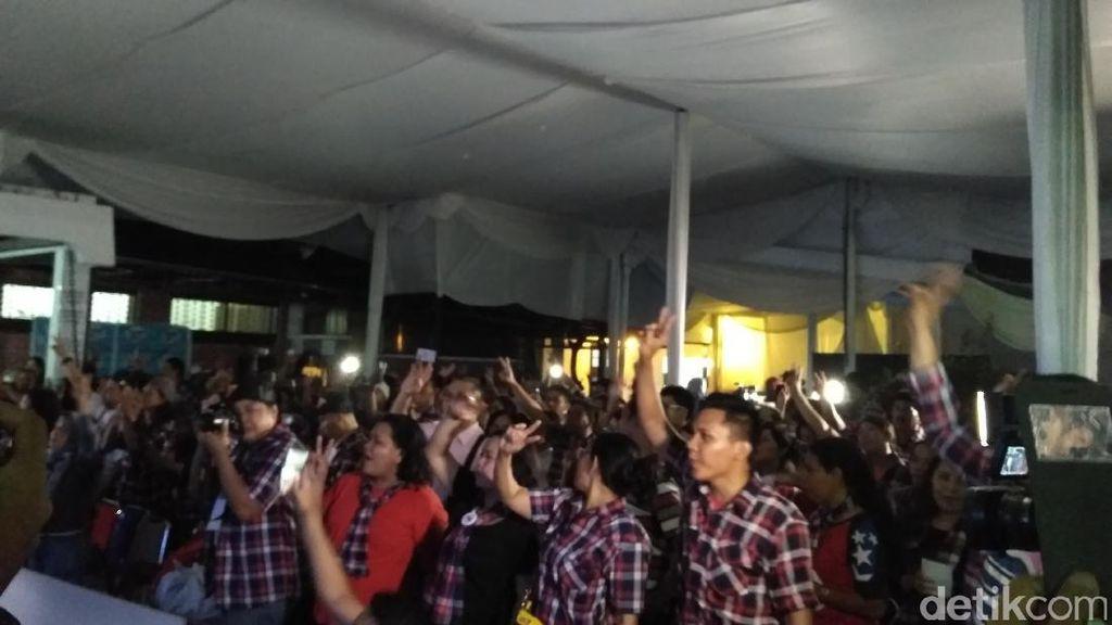 Pendukung Ahok-Djarot Nyanyikan Indonesia Pusaka di Rumah Lembang