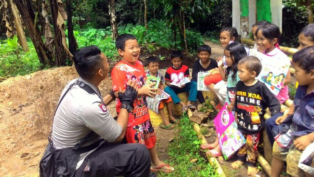 Kisah Polisi Mengajar Anak-anak Membaca di Lereng Gunung Sunda