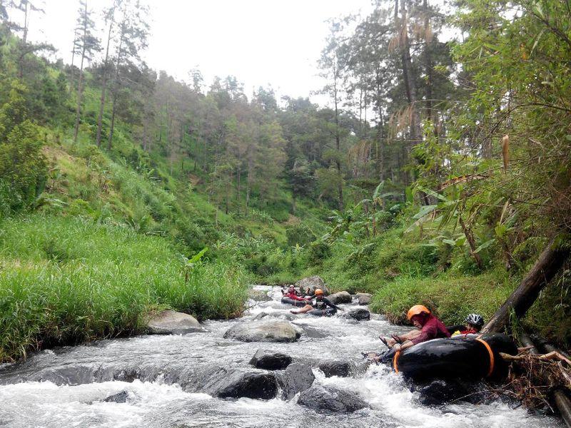 Di kaki pegunungan Wilis, sungai Mendak yang berada di Desa Wagir Kidul, Kecamatan Pulung ini menyajikan sensasi bermain river tubing dengan empat level sekaligus. Kunjungan detikTravel, Minggu (29/1/2017), lokasi ini sejauh 21 kilometer di timur pusat Kota Ponorogo(Taufiq Huda/detikTravel)