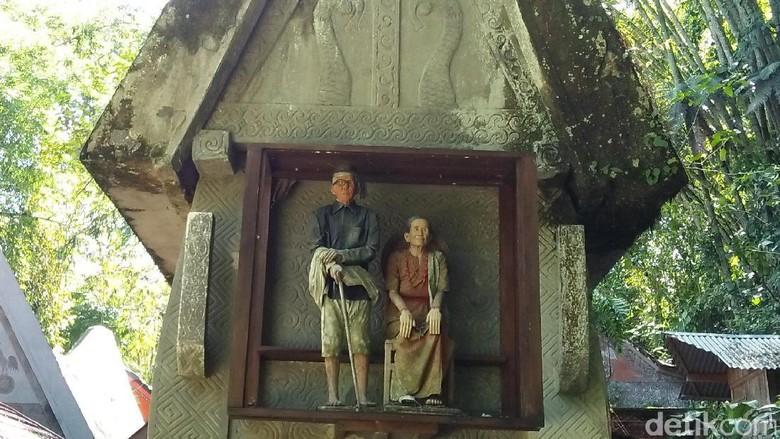 Boneka di depan makam (Bonauli/detikTravel)