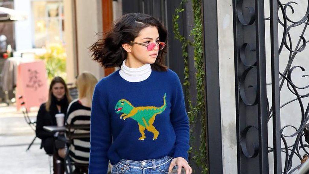 Selebriti Tergila-gila Sweater T-Rex Rp 9,2 Juta Ini