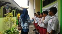 Siswa SD 1 Sidokumpul Belajar Buat Sirop dan Tanam Markisa