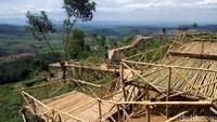 Sesampainya di lokasi, wisatawan diharuskan melewati tebing-tebing yang disangga dengan bambu membentuk jembatan. Soal keamanan tak perlu khawatir (Tri Ispranoto/detikTravel)