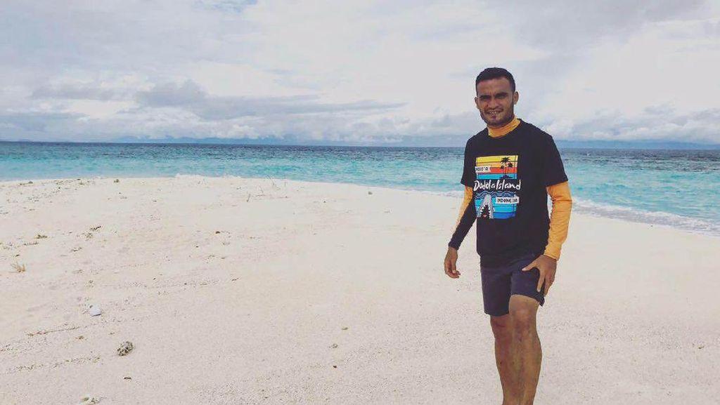 Ketika Rizky Pora Bersenang-senang di Pantai Morotai