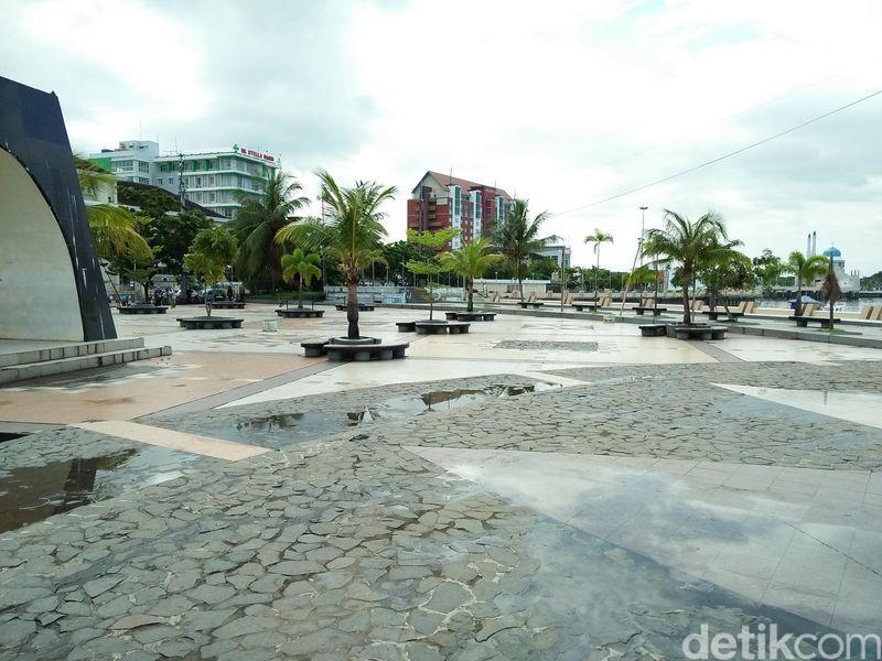 Letaknya yang tak jauh dari pusat kota Makassar membuat pantai ini menjadi incaran untuk bersantai dan melepaskan penat. Traveler bisa hunting foto dan menikmati suasana pantai dalam bingkai modern (Bonauli/detikTravel)