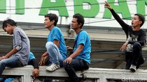 Aksi Porter Tawarkan Jasa di Pasar Tanah Abang