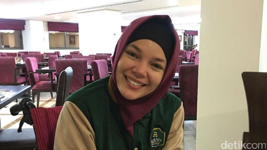 Umrah Pakai Kursi Roda, Dewi Sandra Tak Bisa Salat di Raudhah