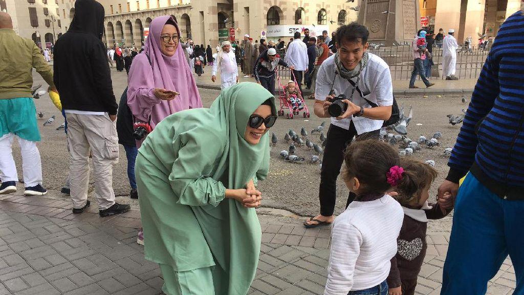 Foto: Momen Saat Dewi Sandra Menyapa & Selfie dengan Turis di Madinah