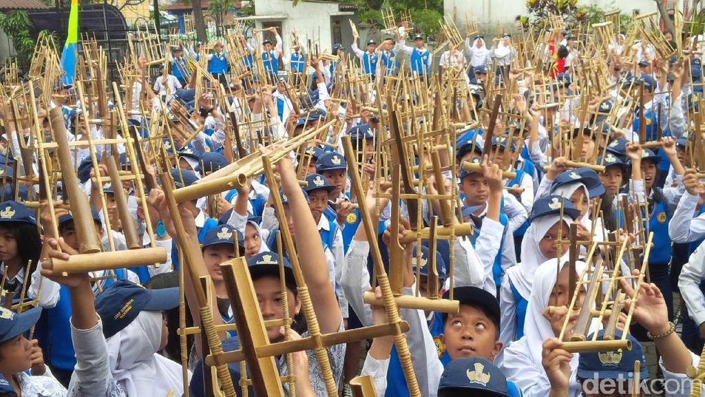 Seribuan Angklung Bergetar di Lapangan Sumatera 40 Bandung