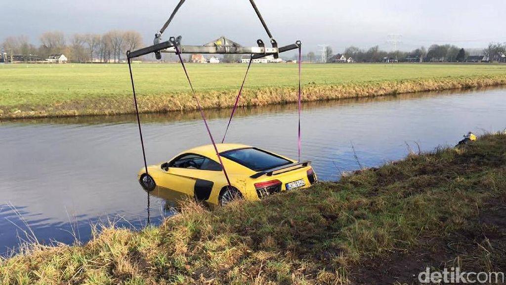 Aduh, Pengemudi Lepas Kendali, Audi R8 V10 Tercebur ke Sungai