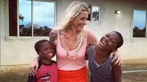 Potret Perempuan Bertato Penolong Bocah Terbuang di Afrika