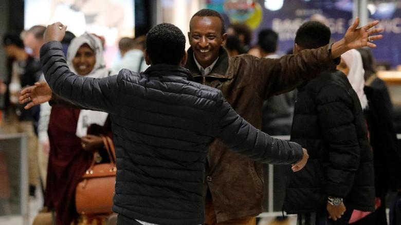 Kebijakan Imigrasi Trump Ditunda, Turis Kembali ke AS