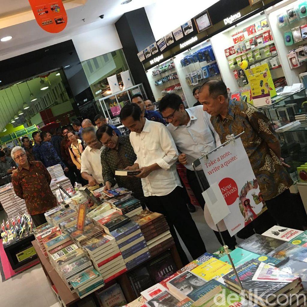 Ini Istimewanya Novel Dewi Lestari yang Dibeli Presiden Jokowi