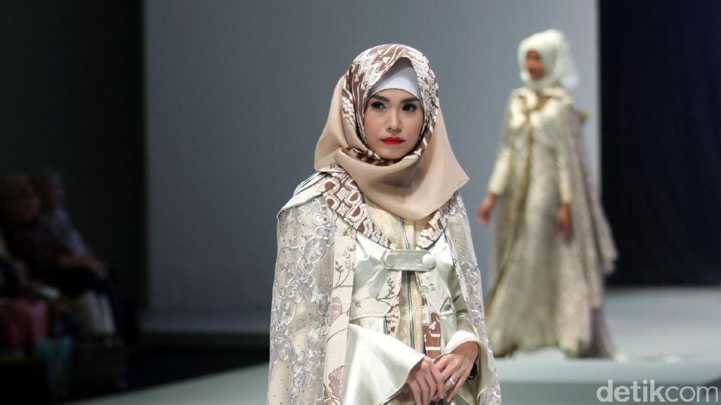 Foto: Koleksi Errin Ugaru di Indonesia Fashion Week 2017
