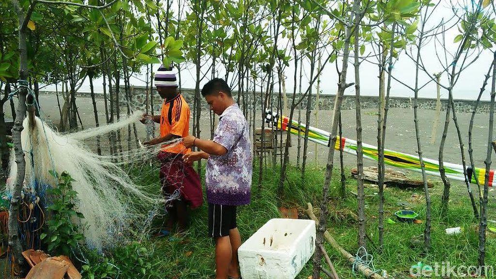 Tak Melaut, Nelayan Situbondo Gadaikan Perabotan