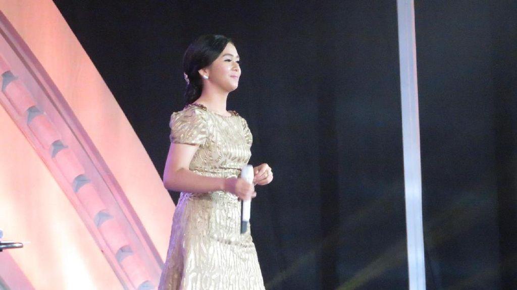 Putri Ayu Hibur Pendukung Paslon di Hotel Bidakara Saat Jeda Debat