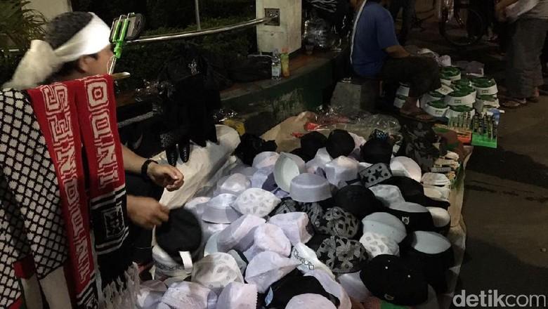 Pedagang Atribut Raup Rezeki di Malam Persiapan Aksi 112
